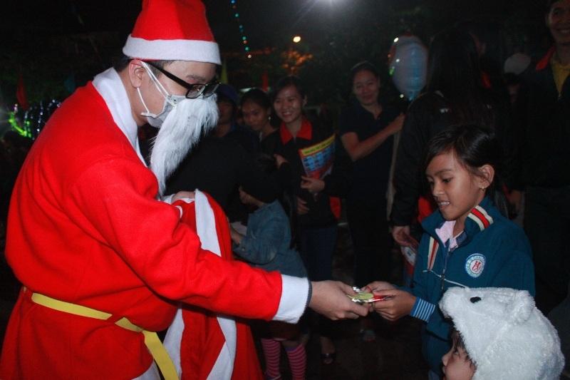 Các em nhỏ thích thú được ông già Noel tặng quà Giáng sinh may mắn, an lành