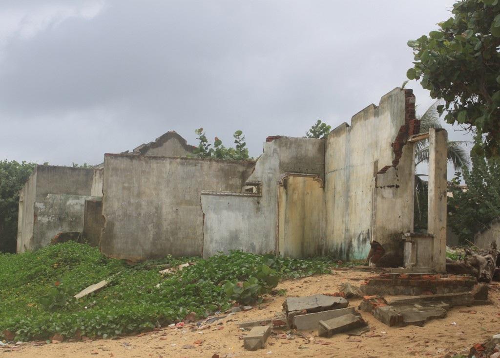 Những lớp nhà ven biển sát cửa biển An Dũ (xã Hoài Hải, huyện Hoài Nhơn, Bình Định) bị sóng phá hủy