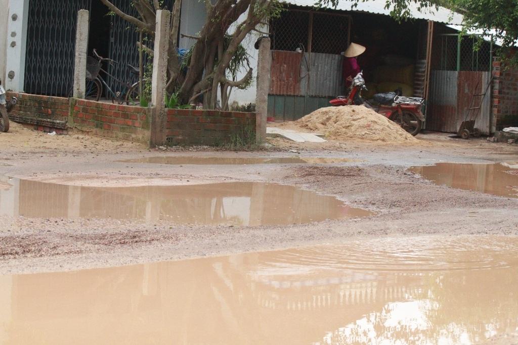 Ao nước trên đường trước nhà khiến người dân bức xúc