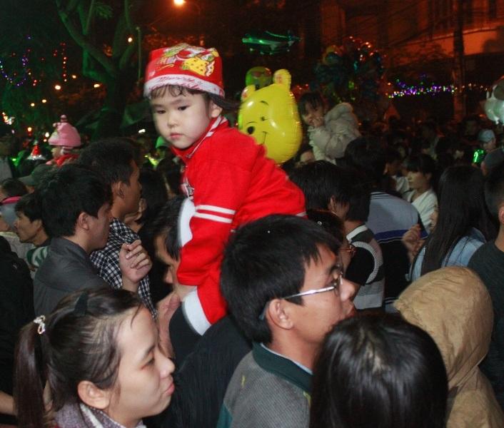 Bất chấp mưa phùn nặng hạt người dân TP Quy Nhơn vẫn xuống phố đón Noel 2014