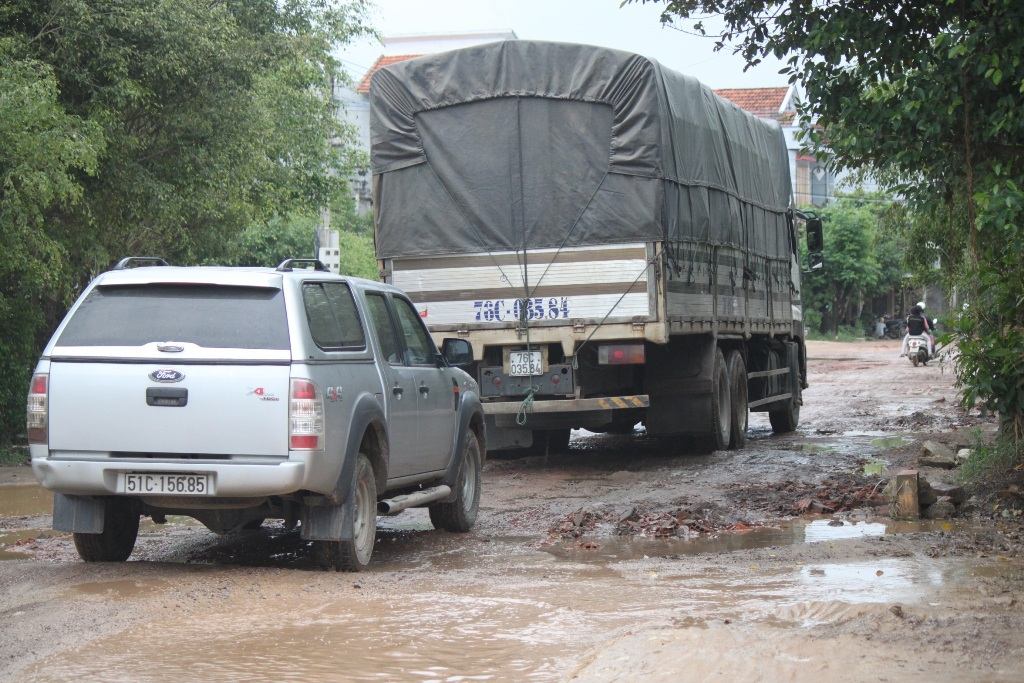 Người dân phản ánh do xe quá tải, xe khách qua lại nhiều khiến đường xuống cấp nghiêm trọng
