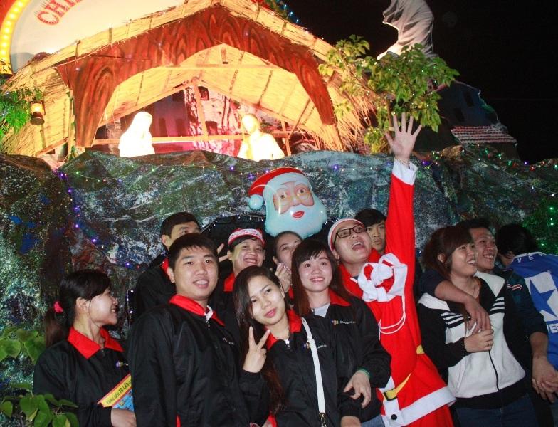 Các bạn trẻ háo hức với đêm Giáng sinh (ảnh Doãn Công)