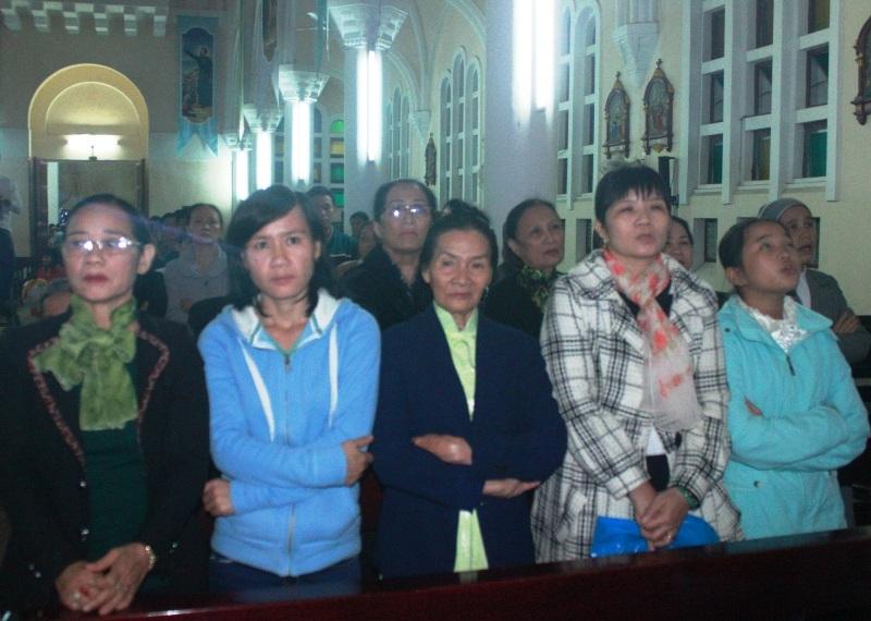 Bà con giáo dân đến Nhà thờ Nhọn nguyện cầu