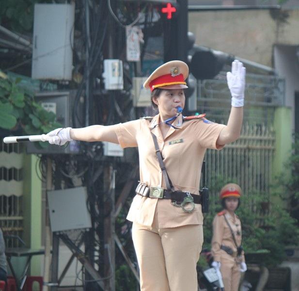30 nữ CSGT tỉnh Bình Định tham gia điều tiết giao thông trên các tuyến đường nội thị TP Quy Nhơn.