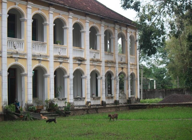 Chủng viện Làng Sông được xây dựng theo kiến trúc Âu Châu rất độc đáo