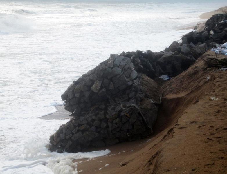 Sóng lớn đánh sạt rọ đá...