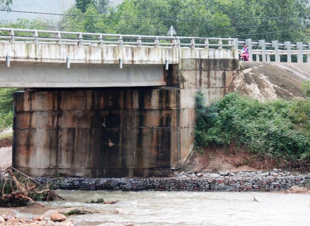 Huyện Vân Cạnh cho kè rọ đá dưới trụ chân cầu, nhưng đó chỉ là giải pháp tình thế.
