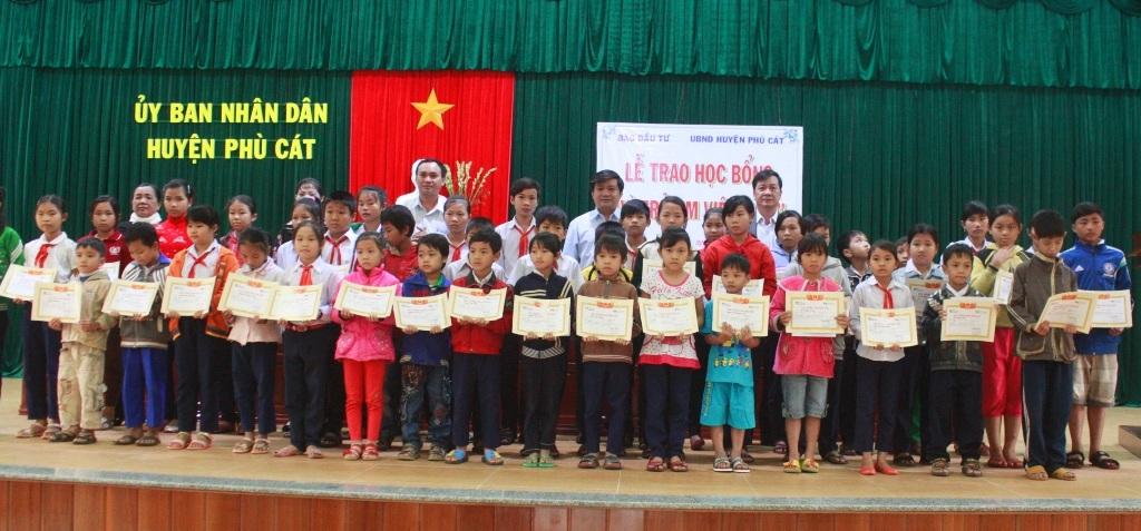 50 học sinh nghèo nhận học bổng Vì trẻ em Việt Nam do Báo Đầu tư ủng hộ