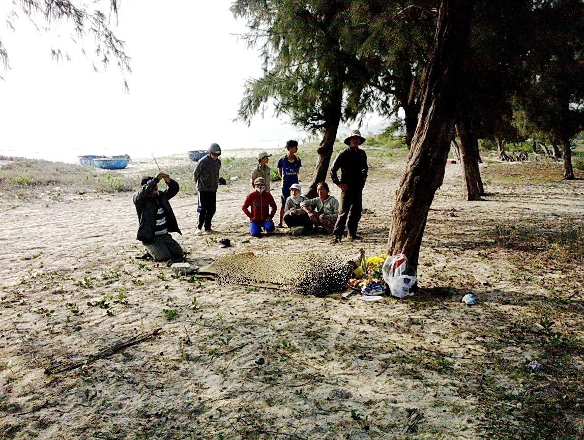 Thi thể nạn nhân được đưa lên bờ sau đó không lâu