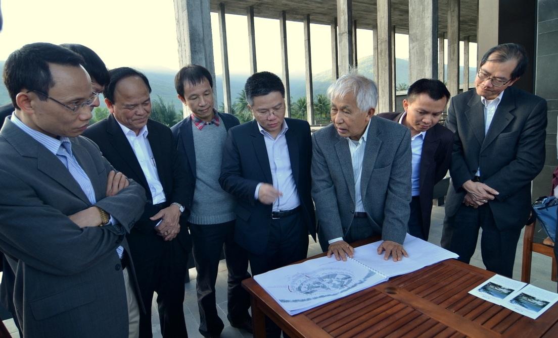 GS. Ngô Bảo Châu thăm khảo sát địa điểm tại Trung tâm