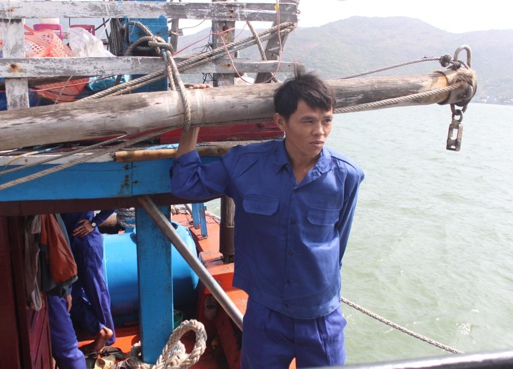 Ngư dân Nguyễn Phúc Duy (31 tuổi) khi thấy tàu SAR412 tới cứu hộ mới tin mình còn sống.
