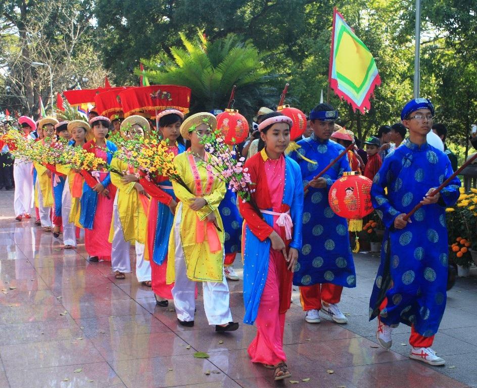 Nghi lễ dâng hoa trước tượng đài vua Quang Trung - Nguyễn Huệ