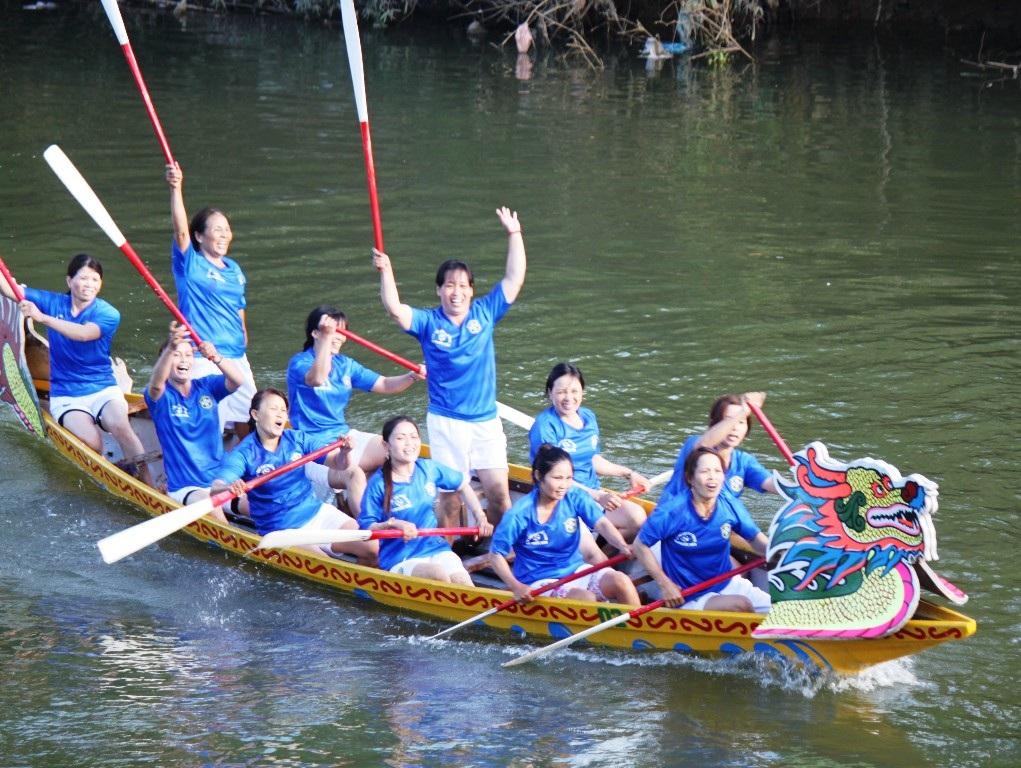 Một đội nữ về đích trước ăn mừng chiến thắng