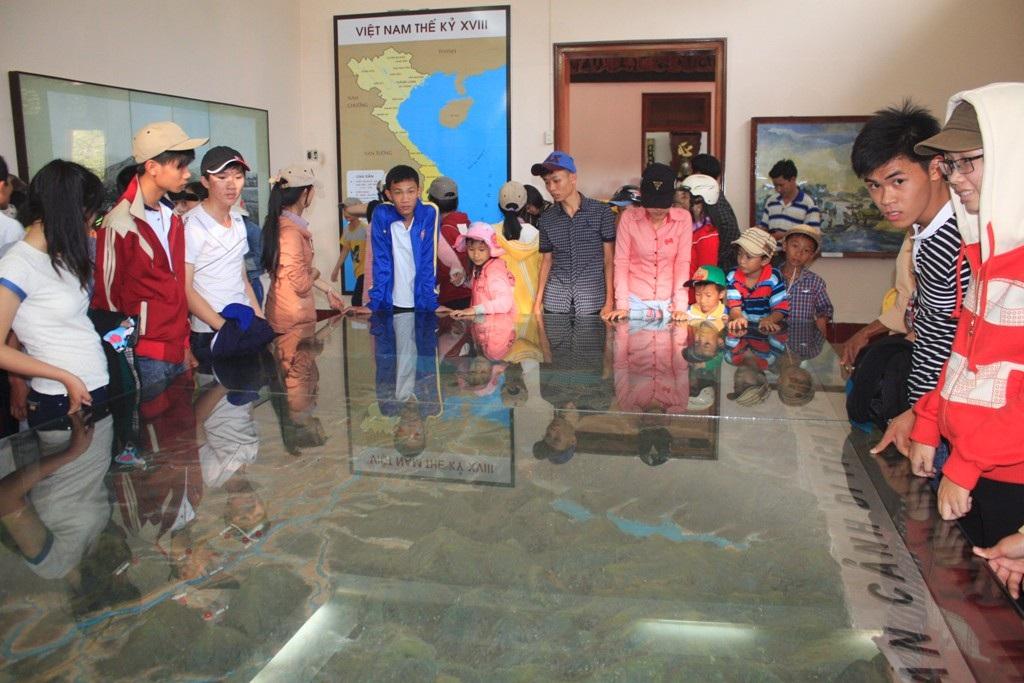 Các em nhỏ tham quan khu trưng bày những dấu tích của nghĩa quân nhà Tây Sơn