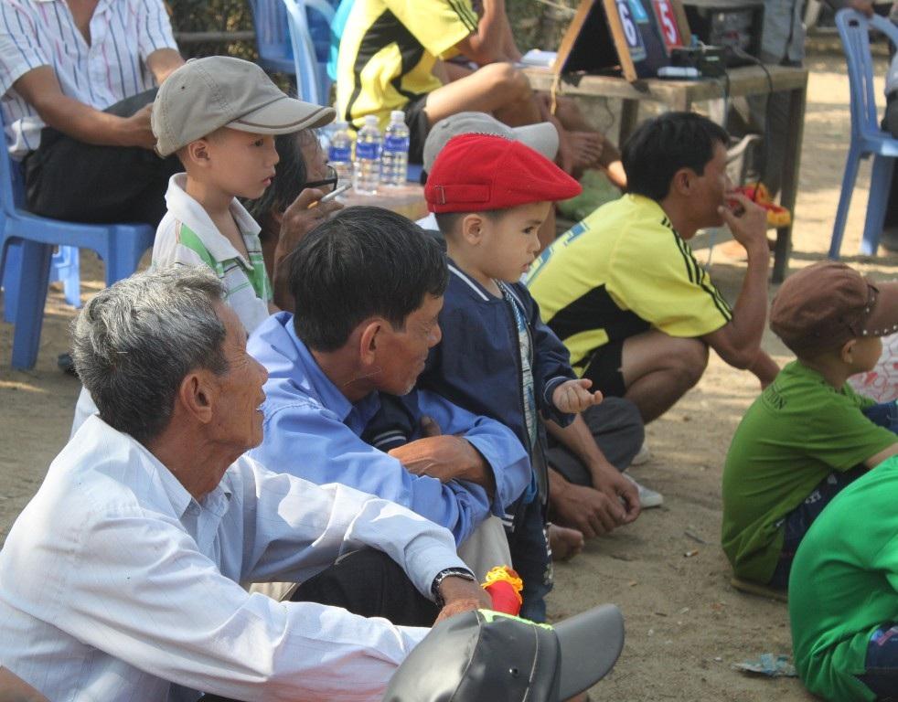 Từ các vị bô lão đến trẻ em đều ra sân bóng chuyền của làng cổ vũ các gia đình