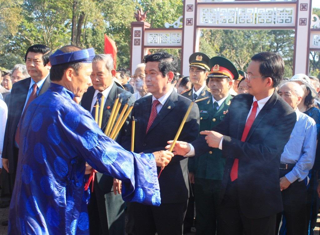 Nghi lễ dâng hướng trước điện thờ 3 anh em nhà Tây Sơn Tam Kiệt cùng các vị văn thần võ tướng