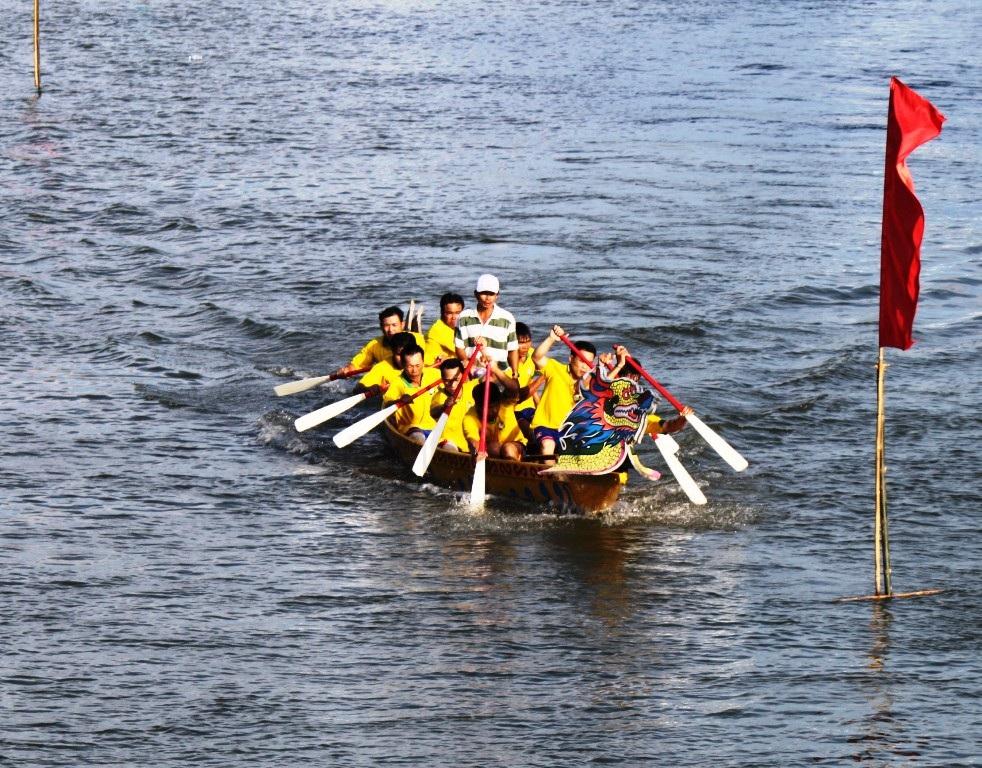 Các tay đua nam thể hiện sự mạnh mẽ, khua mạnh mái chèo, vùng vẫy trên sông nước