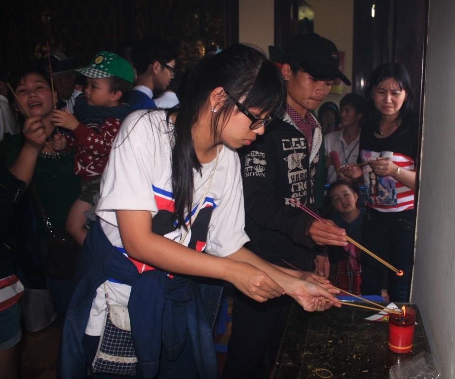Các em nhỏ thắp hương để tưởng nhớ bậc tiền nhân vua Quang Trung - Nguyễn Huệ