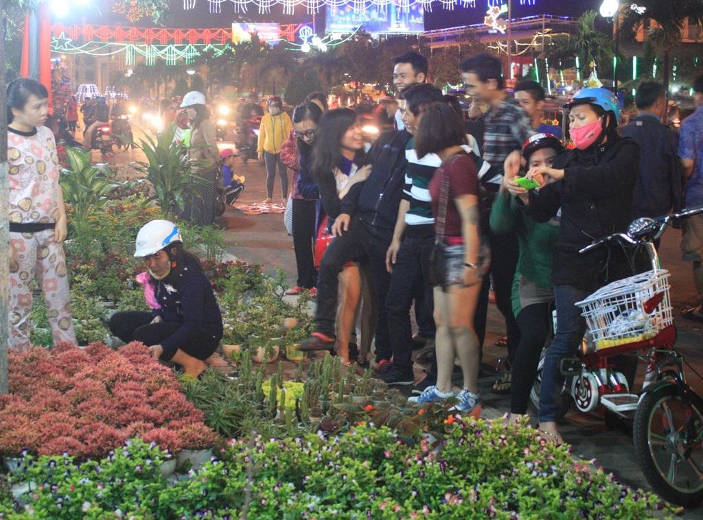 Người mua hoa thì ít, người xem thì nhiều (ảnh chụp tối 28 tháng Chạp)