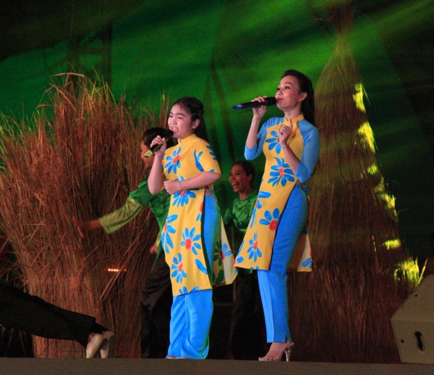 Cảm Ly và bé Thiện Nhân, hai người con Bình Định với ca khúc Gánh lúa