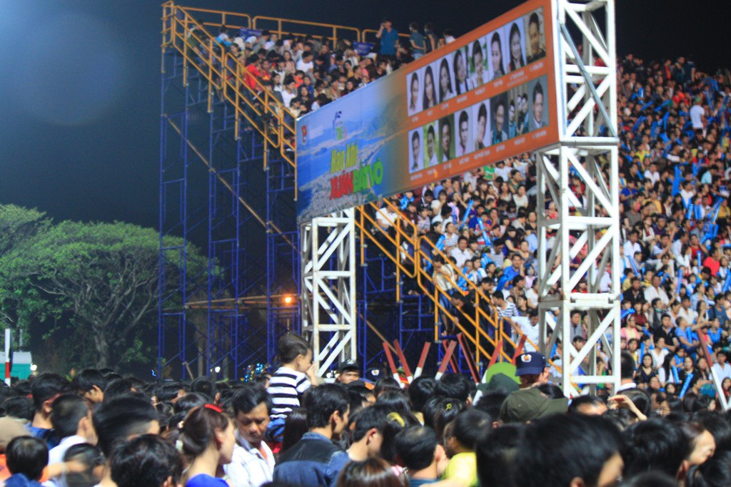 Hàng vạn khán giả không vé, thậm chí có vé vẫn không thể vào vì sân khán đài hết sức chứa