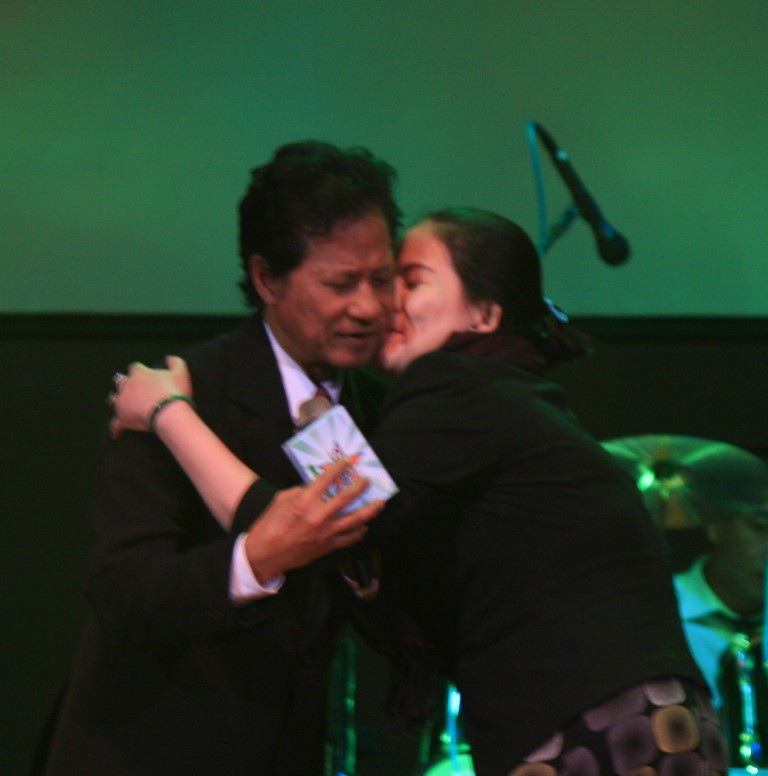 Một nữ khán giả tặng quà kèm theo nụ hôn lên má Chế Linh