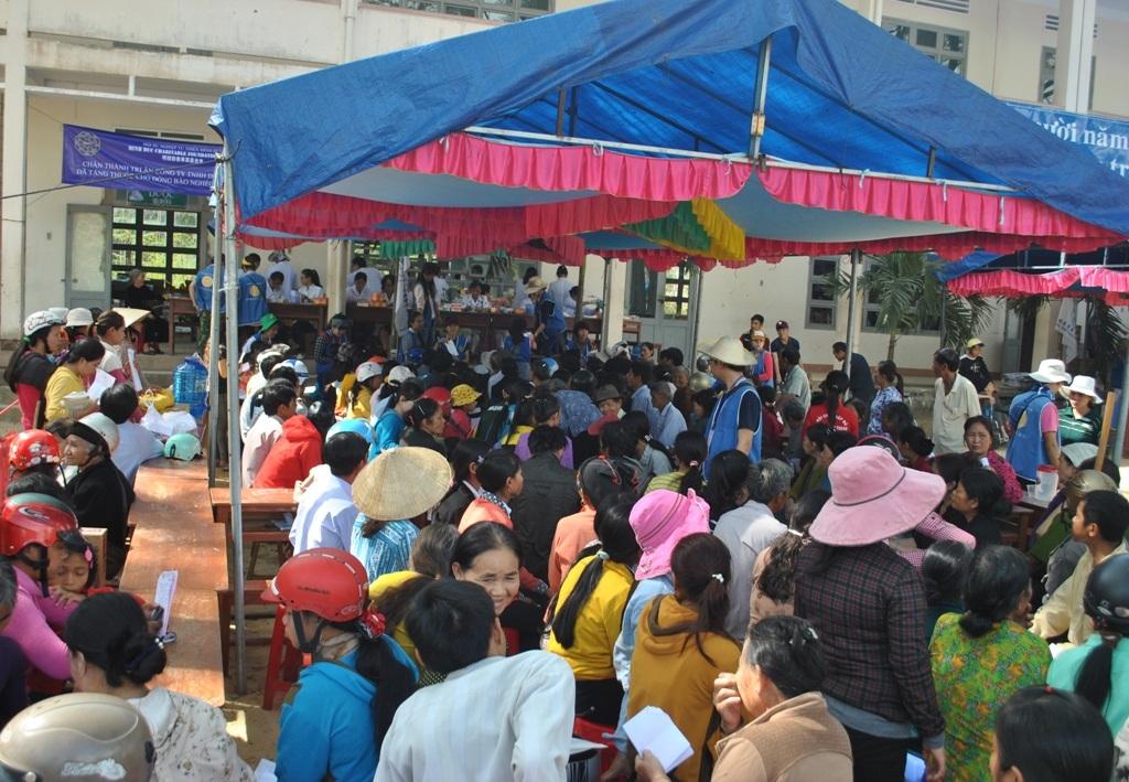 Khám, phát thuốc miễn phí cho học sinh nghèo miền núi Bình Định