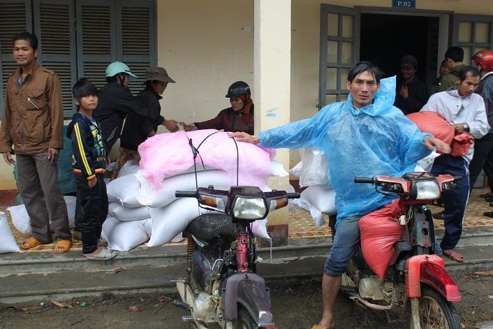 Kỷ luật cán bộ xén bớt gạo cứu đói, lo Tết cho người nghèo