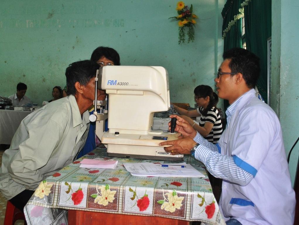 Các bác sĩ BV Trung ương mắt đang khám mắt cho người dân đồng bào huyện Vĩnh Thạnh