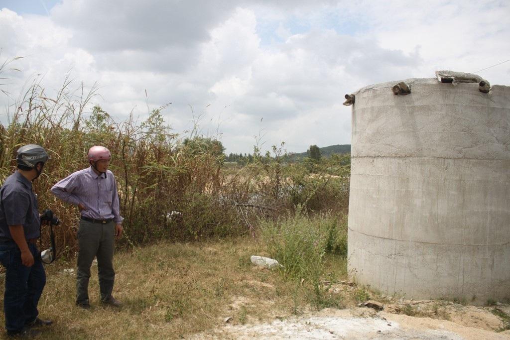 Bà Mai với hệ thống vòi nước dẫn từ Nhà máy nước Mỹ Chánh nhưng đã hết nước từ nhiều năm này