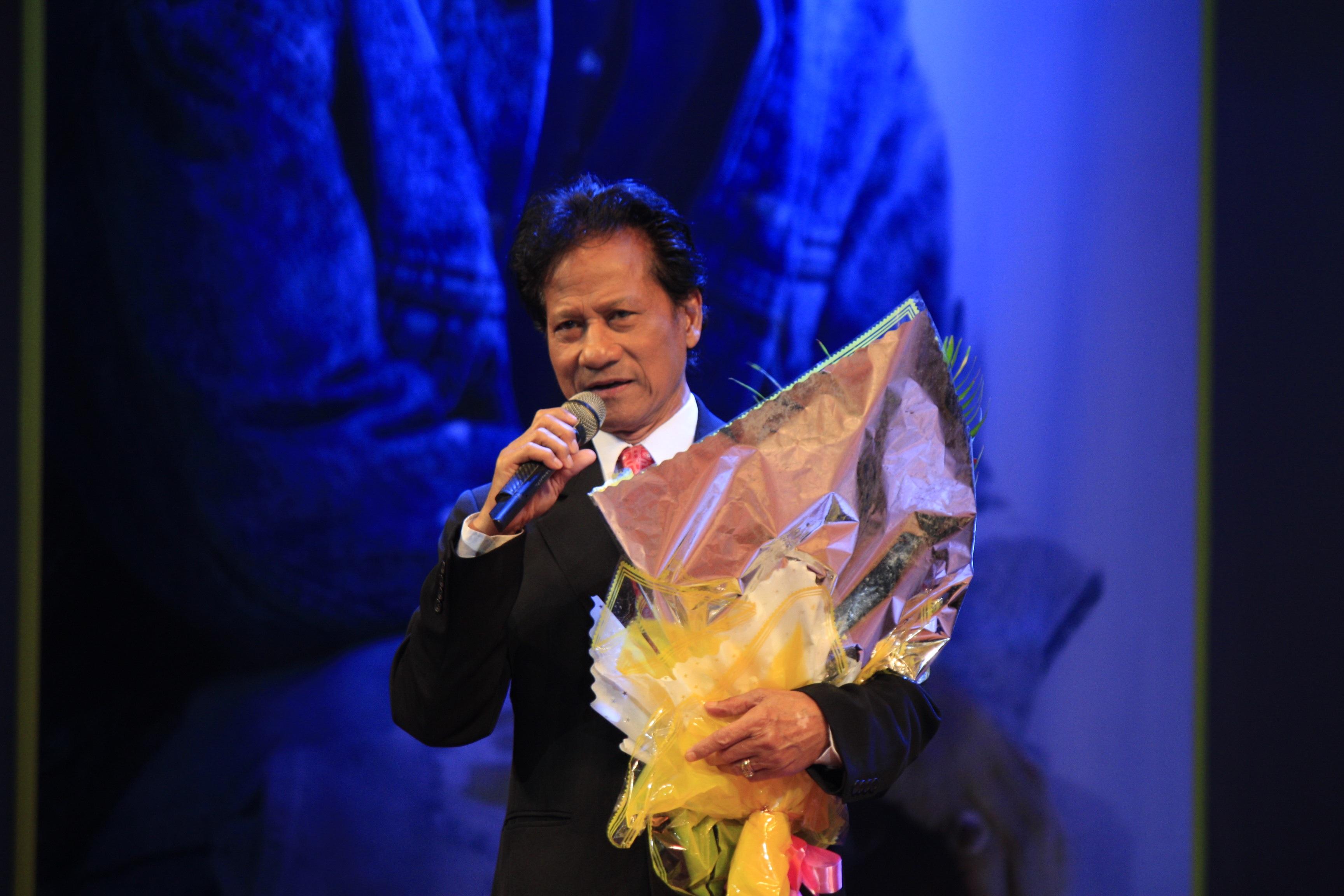 Mỗi ca khúc Chế Linh lại được khán giả tặng hoa