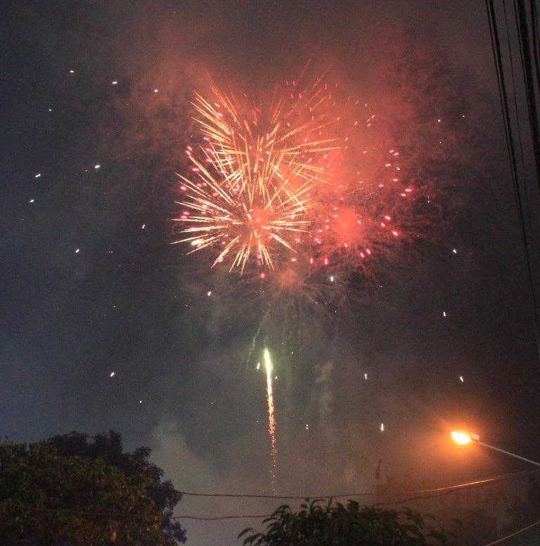 Màn bắn pháo hoa rực bầu trời Quy Nhơn trong tiếng reo hò của nhân dân.