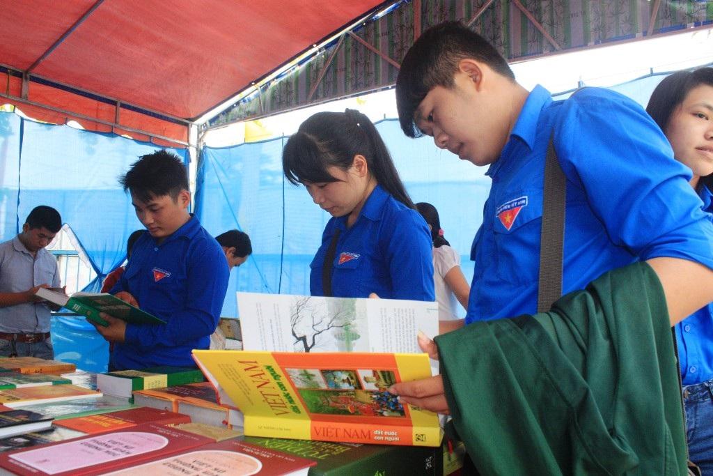 Ngày sách Việt Nam tại Bình Định cũng thu hút đông đảo độc giả trẻ tới xem mua sách