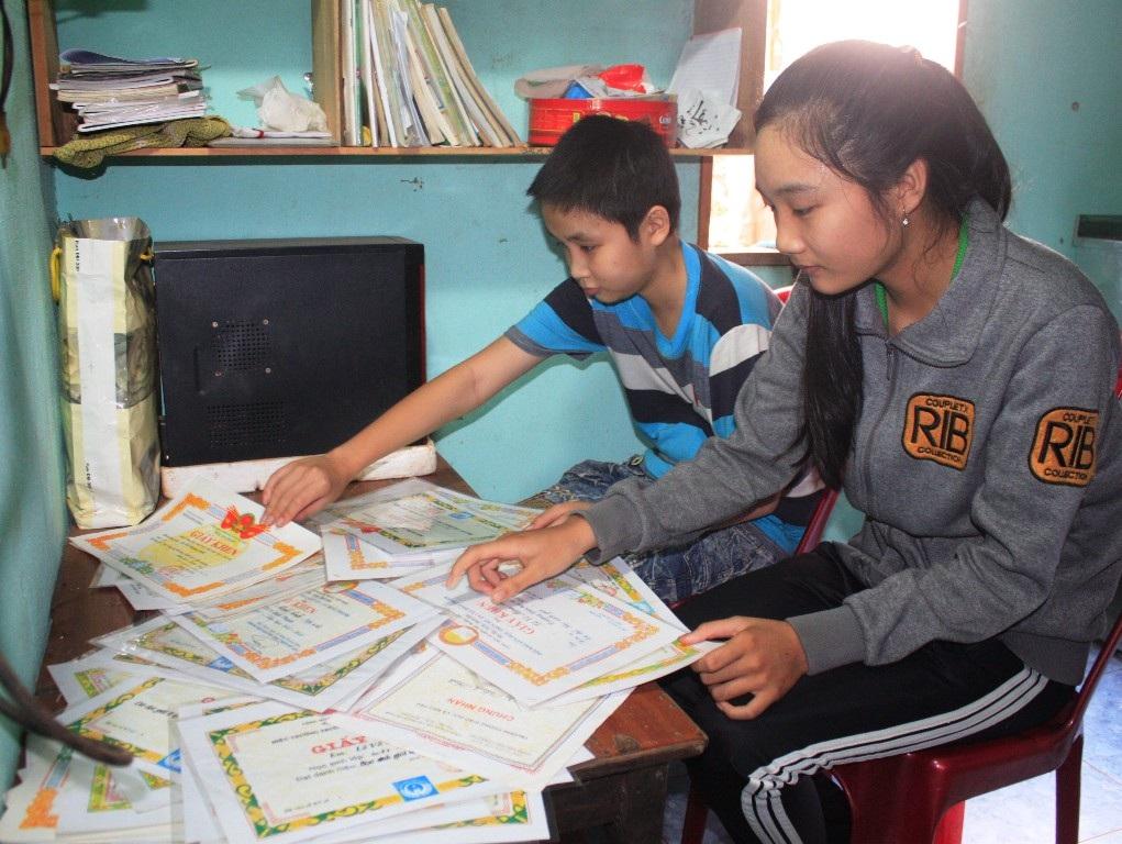 Dù mắc trong mình trọng bệnh nhưng hai anh em Trung và Anh đều học rất giỏi