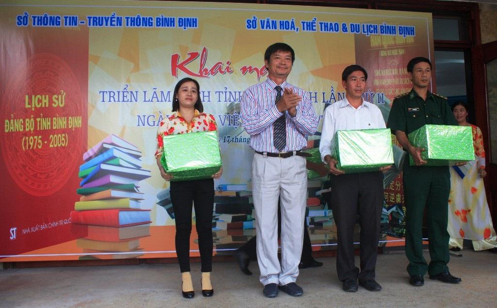 Ban tổ chức tặng sách cho 4 đơn vị thuộc xã đảo, vùng sâu, vùng xa trong tỉnh Bình Định