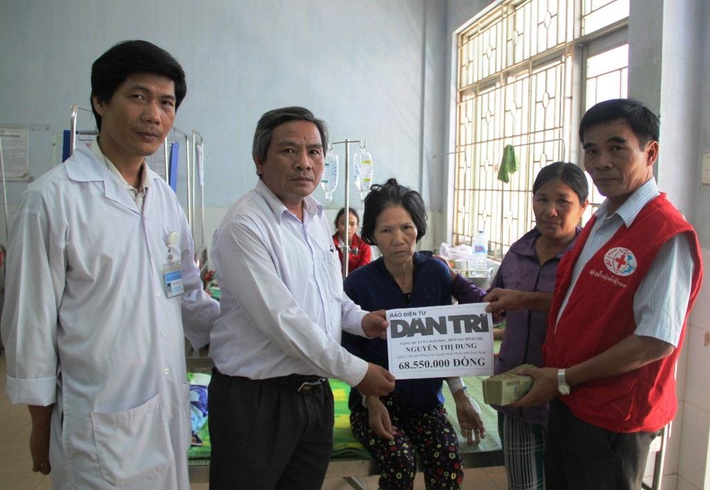 Đại diện chính quyền địa phương trao số tiền 68.550.000 đồng do bạn đọc báo Dân trí ủng hộ chị Dung