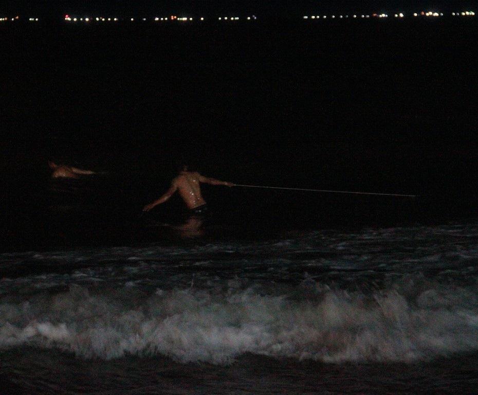 Ngư dân địa phương kéo lưới tìm tung tích nạn nhân nhưng không kết quả