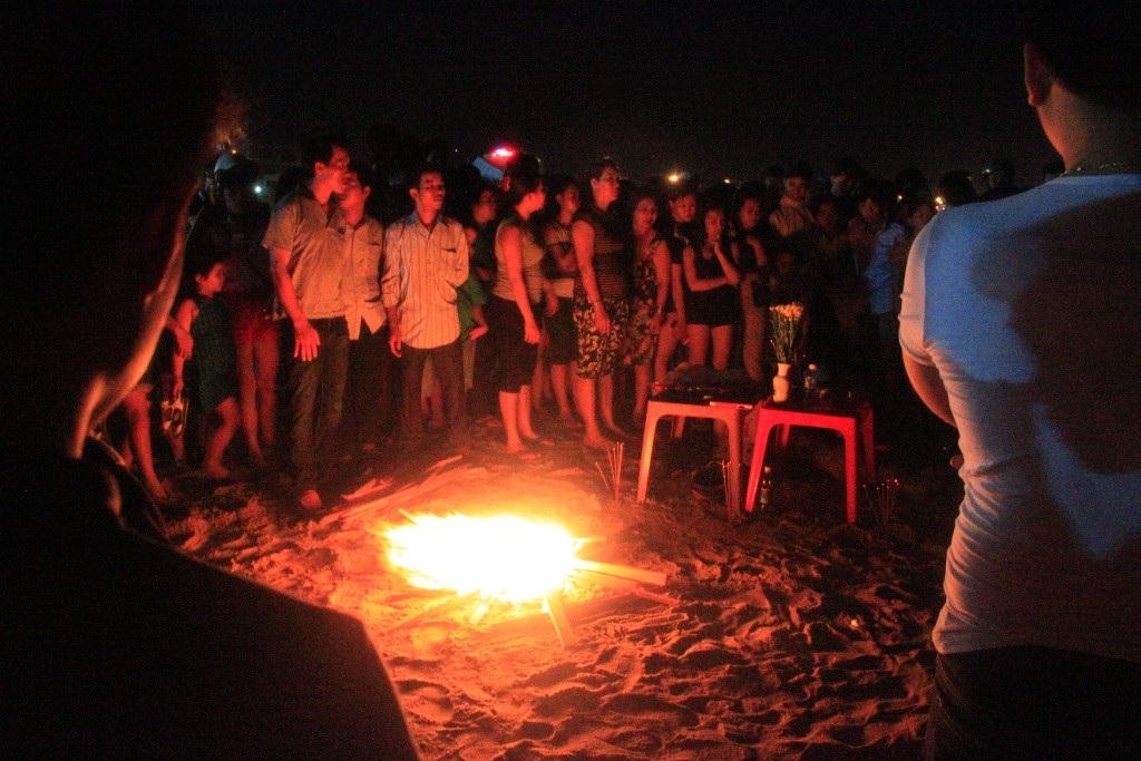 Gia đình nạn nhân đang đốt lửa, thắp hương cầu để tìm thấy tung tích nạn nhân