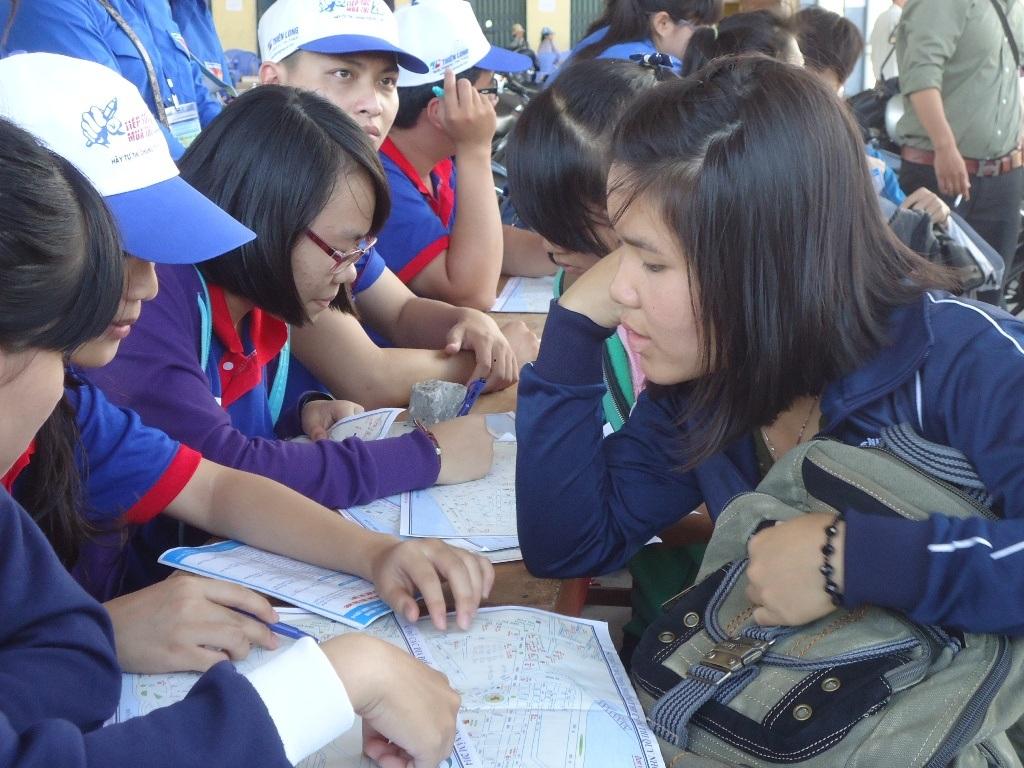 Tình nguyện viên tư vấn, hỗ trợ cho thí sinh khắp các tỉnh về Bình Định dự thi ĐH, CĐ năm 2014