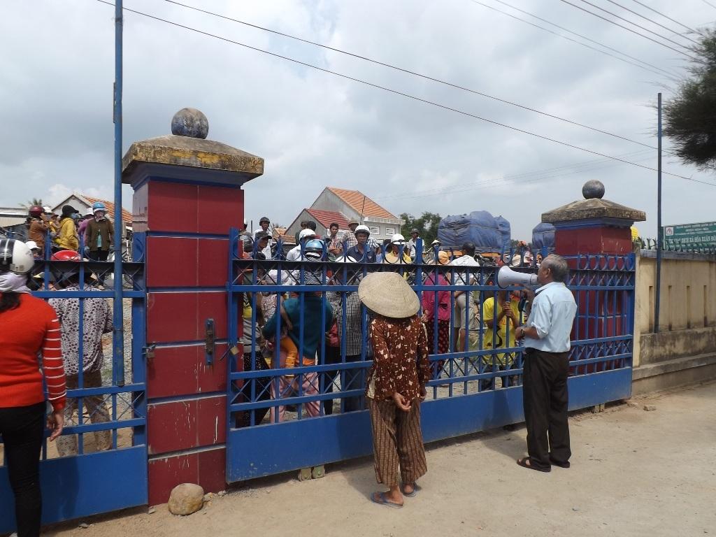 Nhiều người dân hiếu kỳ vây kín trụ sở UBND xã Hòa Xuân Đông.