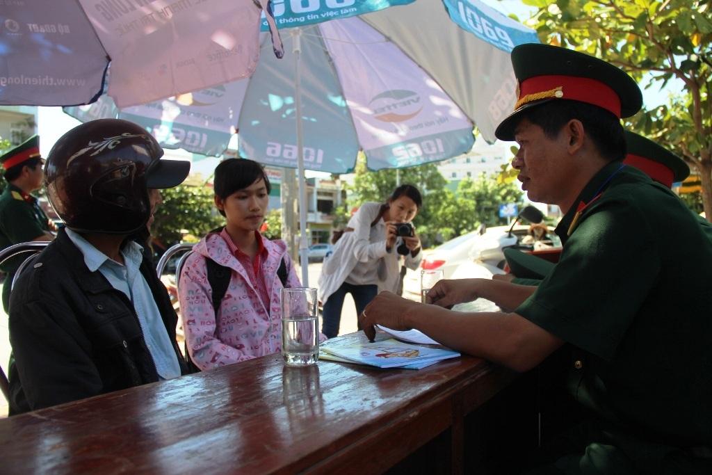 Thanh niên thuộc Bộ Chỉ huy quân sự tỉnh Bình Định tư vấn cho thí sinh và người nhà.