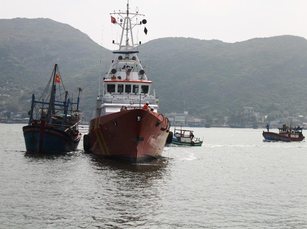 Tàu chở 10 ngư dân bị hỏng máy, trôi tự do trên biển