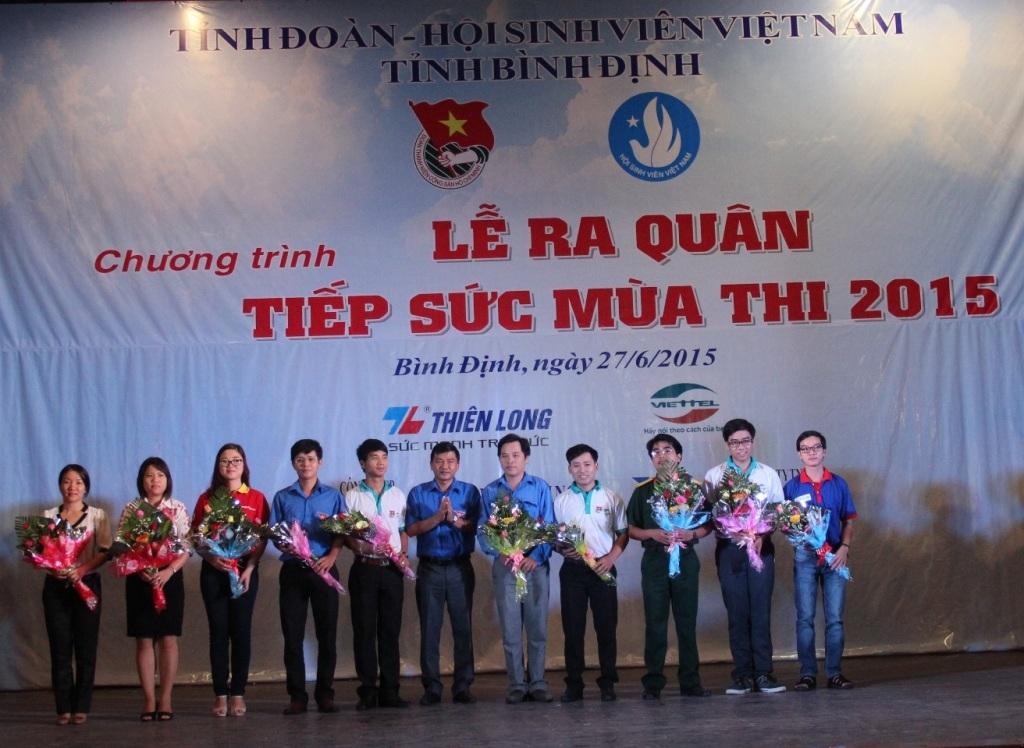 Tặng hoa cho các đại diện các đội tình nguyện tại Lễ ra quân Tiếp sức mùa thi
