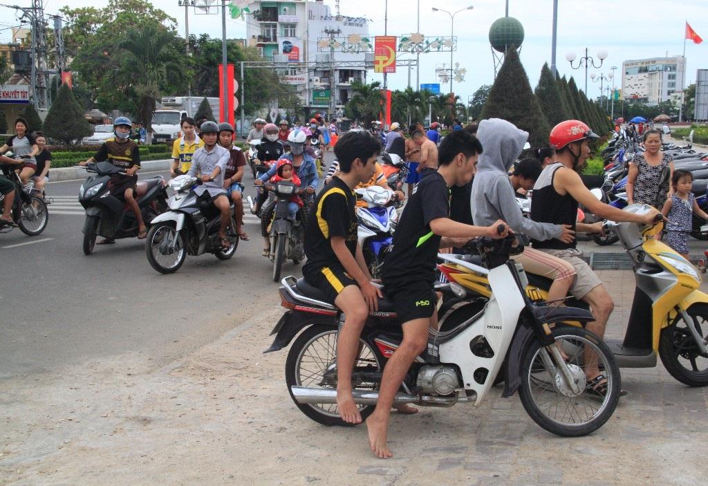 Tầm 11h30 trưa nay, người dân TP Quy Nhơn rồng rắn đổ về biển Quy Nhơn