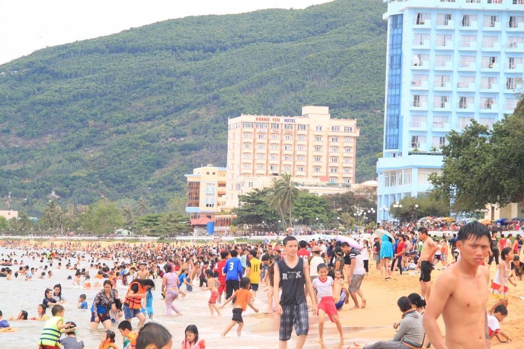 Biển Quy Nhơn đông nghịt người ngày Tết Đoan Ngọ