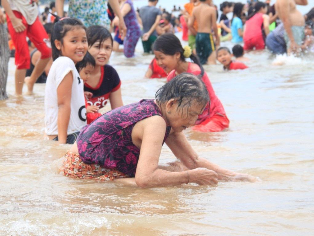 Già trẻ, gái trai đổ xô ra biển tắm xả xui, trừ bệnh tật
