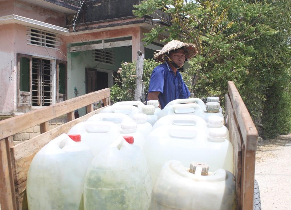 Người dân xã Mỹ Chánh, huyện Phù Mỹ nhiều năm chưa tới mùa hạn đã phải đi mua nước về dùng...