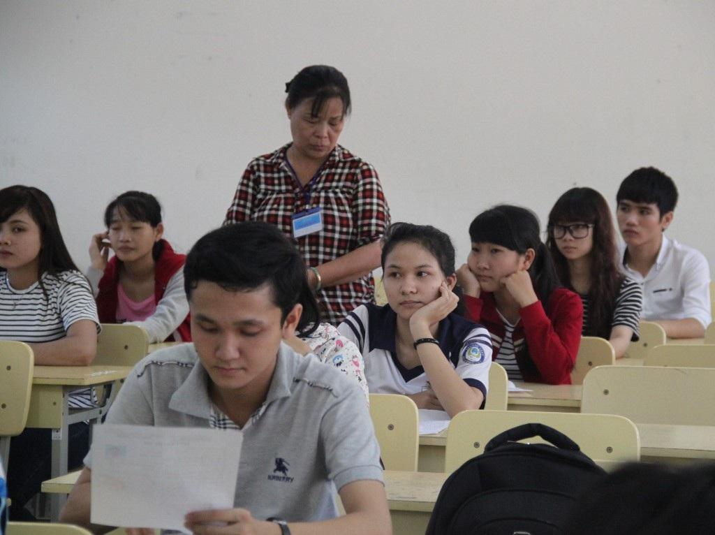 Dù mới là buổi làm thủ tục dự thi nhưng thí sinh không khỏi lo lắng và hồi hộp. (Ảnh: Doãn Công)