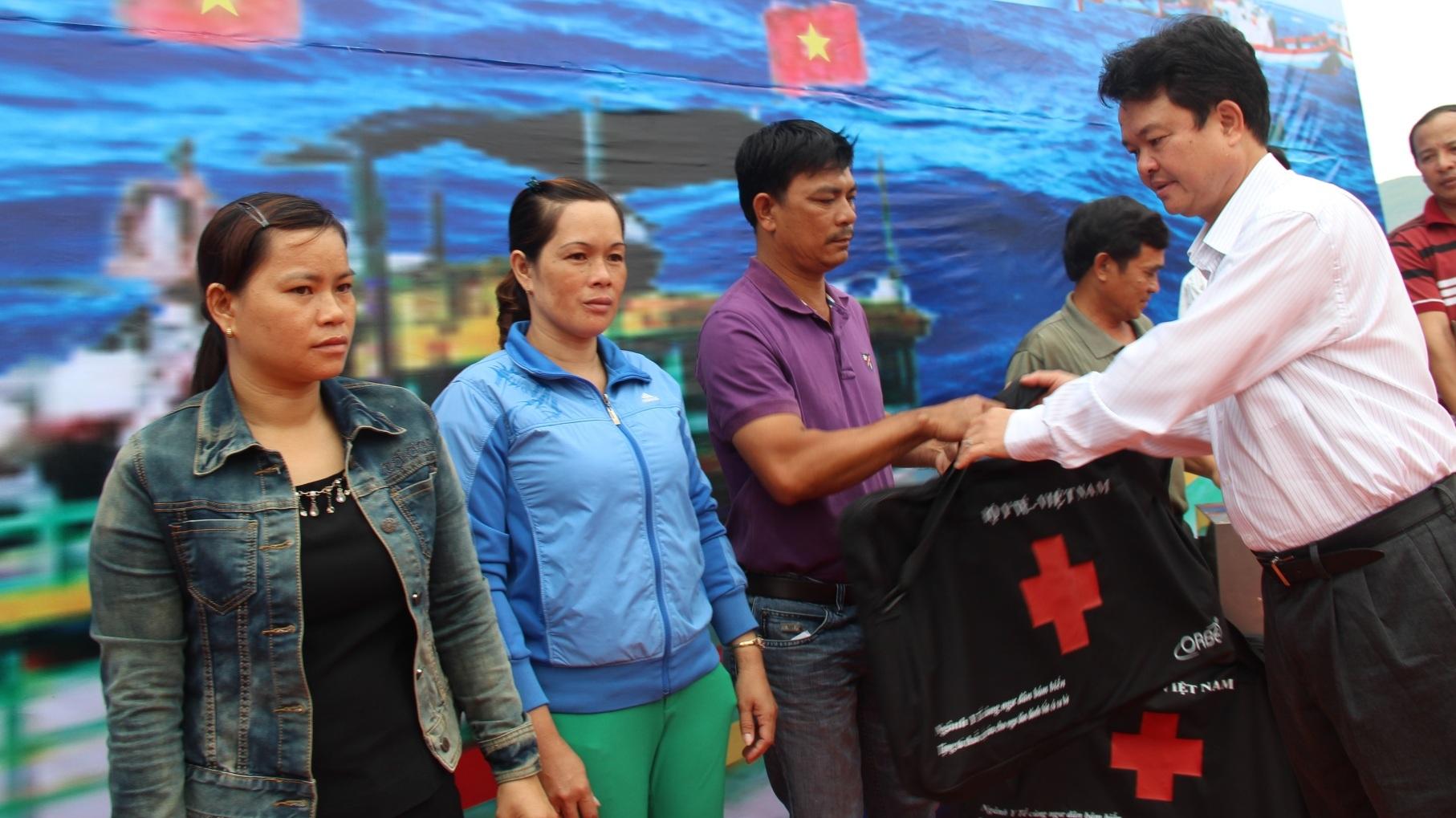 Thứ trưởng Bộ Y tế Phạm Lê Tuấn tặng tủ thuốc cho ngư dân tỉnh Bình Định