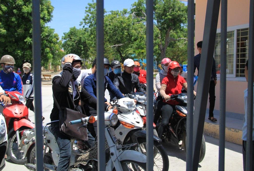 Thí sinh vô tư đi xe máy đến điểm thi Trường THPT Quốc học Quy Nhơn (ảnh Doãn Công)